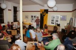 """7.2.2014: Die Lesung in Selzen ist proppenvoll, viele wollen sich den """"regionalen Autor"""" einmal näher betrachten."""