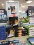 """7.9.2013: Bücherstapel mit """"Schandgräbern""""."""